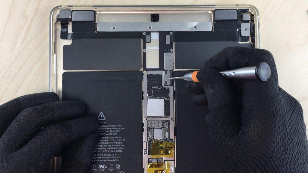 Changement d'écran Ipad Pro 12.9 le tactile ne fonctionne plus devisser le connecteur de la batterie
