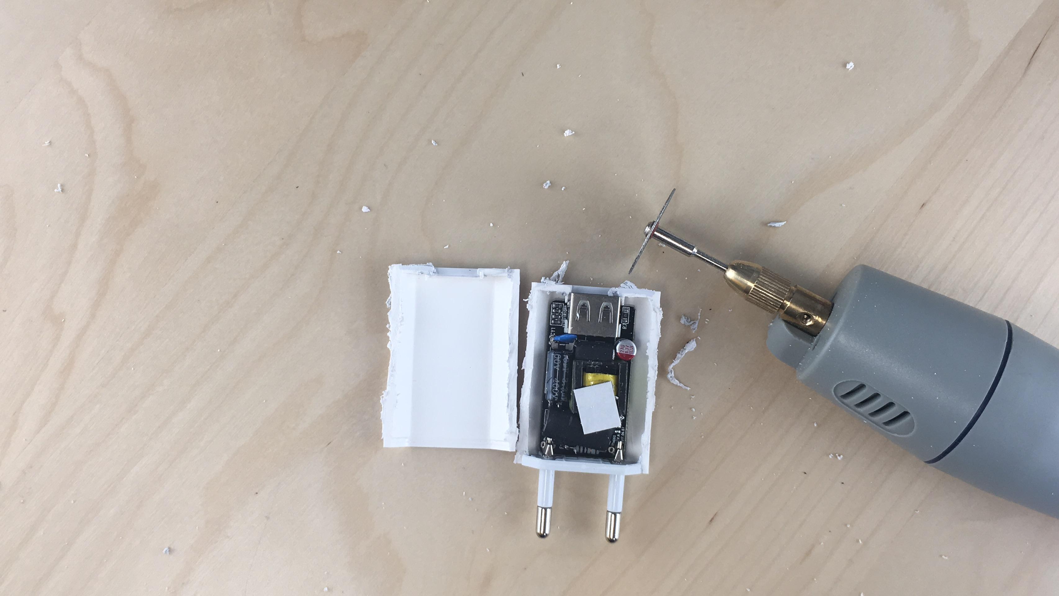 reconnaître un faux chargeur iPhone en le démontant