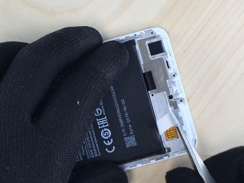 changer l'écran du Redmi Note 5 en enlevant la batterie.