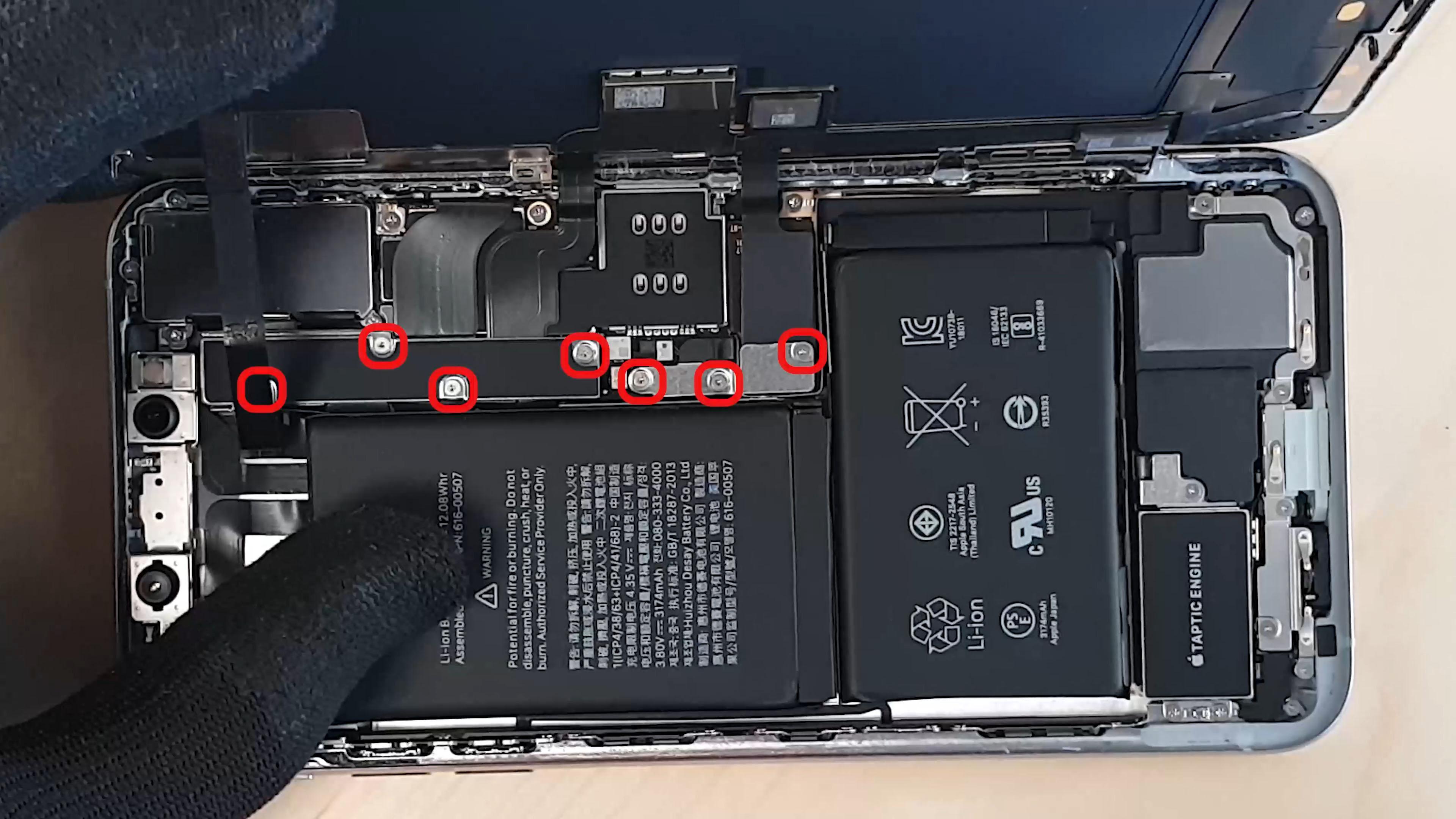 changer l'écran de l'iphone Xs Max en déconnectant les nappes de l'écran
