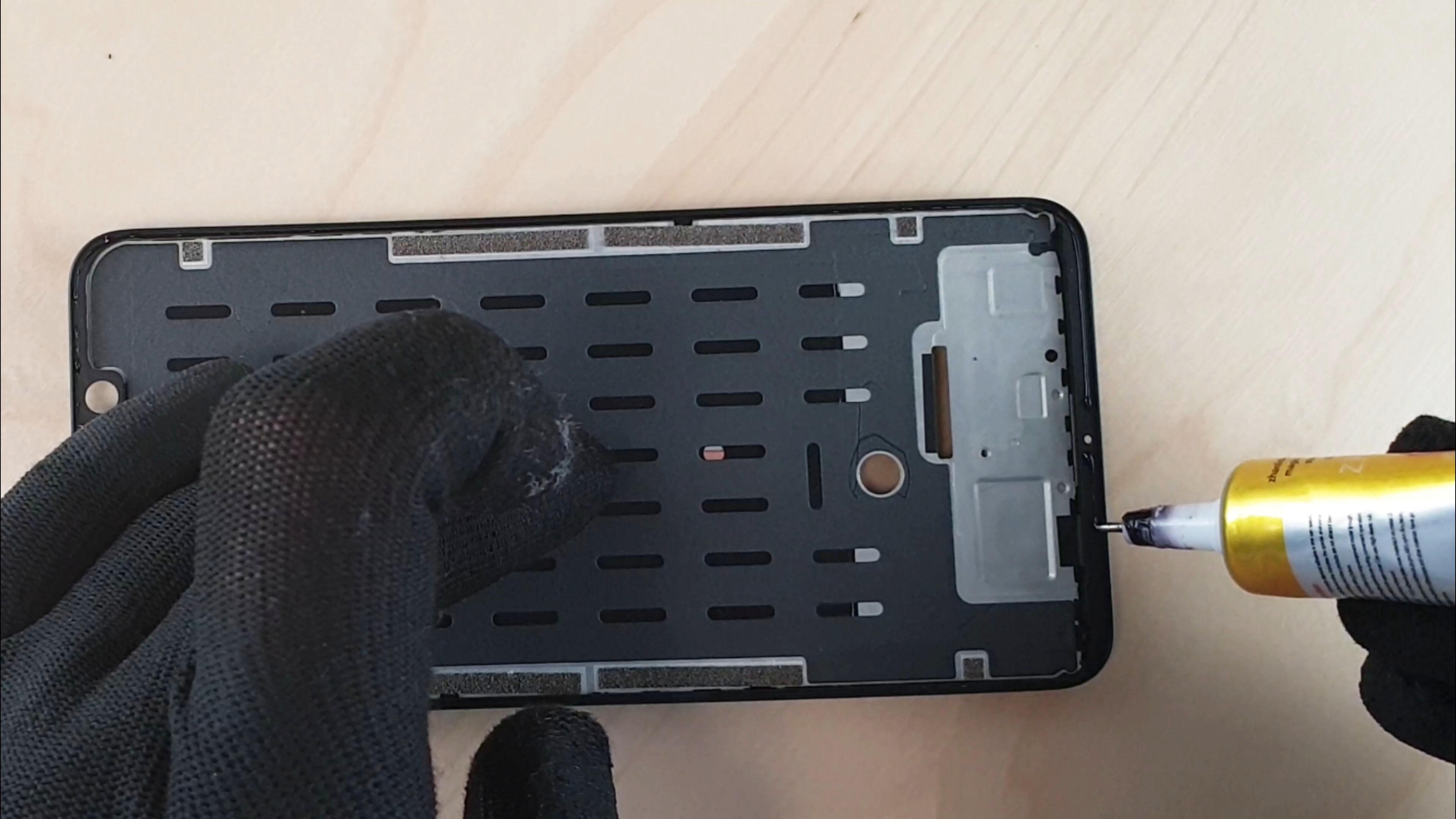 remplacement de l'écran du Pocophone F1 application de la colle