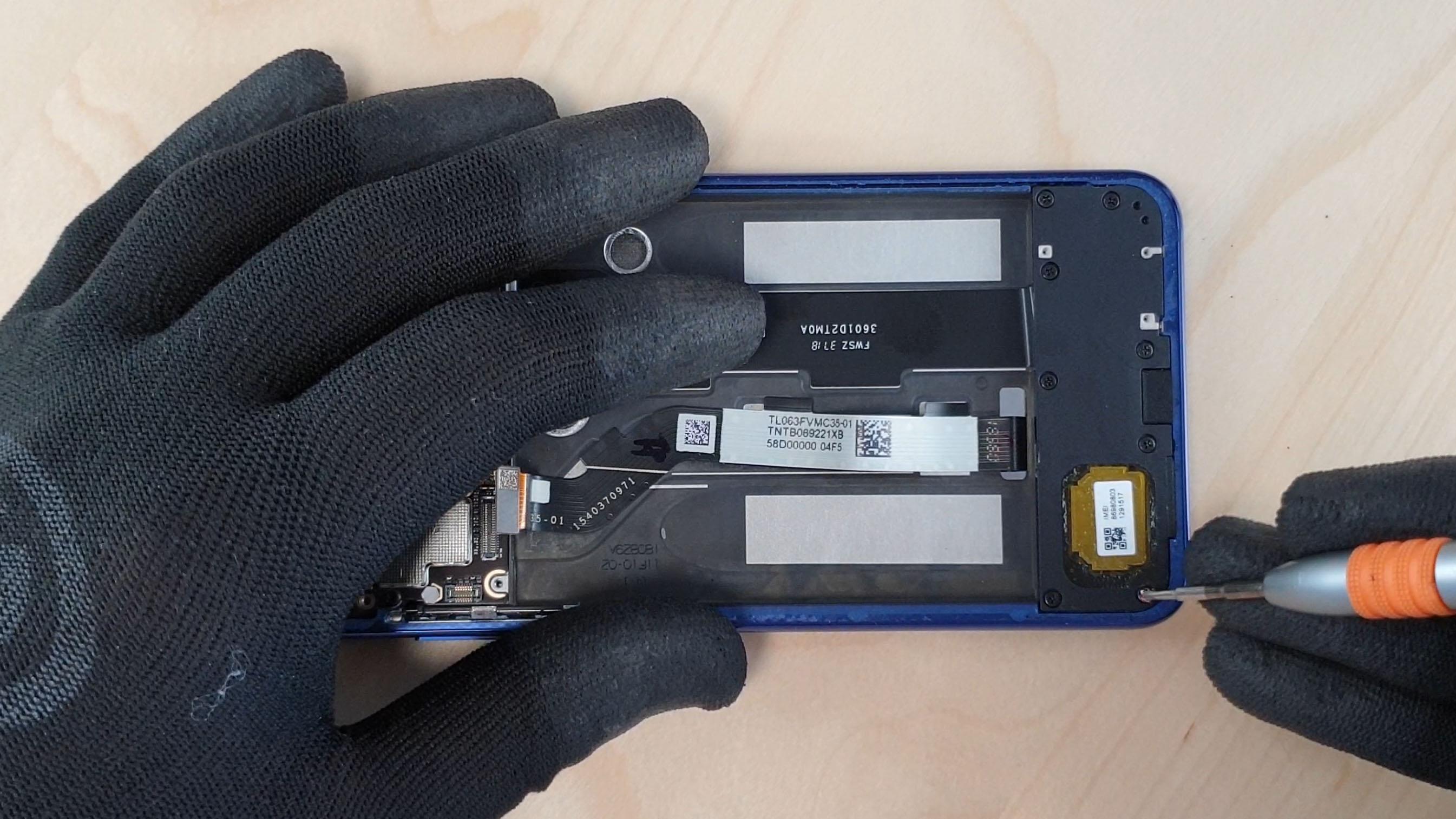 Effectuer le démontage du Mi8 lite en dévissant les vis du module haut parleur