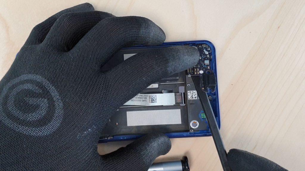 Effectuer le démontage du Mi8 lite en enlevant la nappe charge.