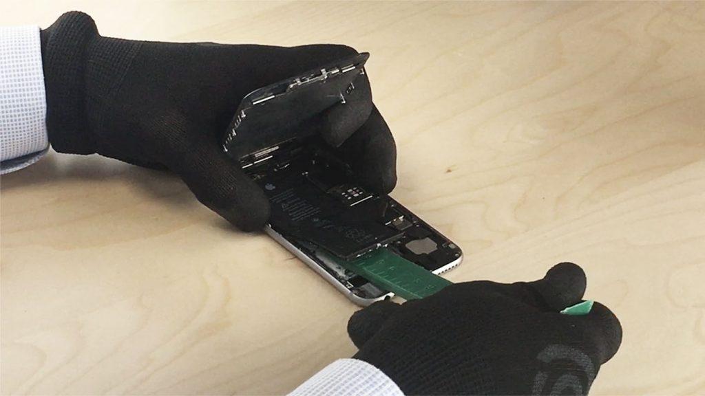 si la batterie est morte decollez la avec la grosse spatule