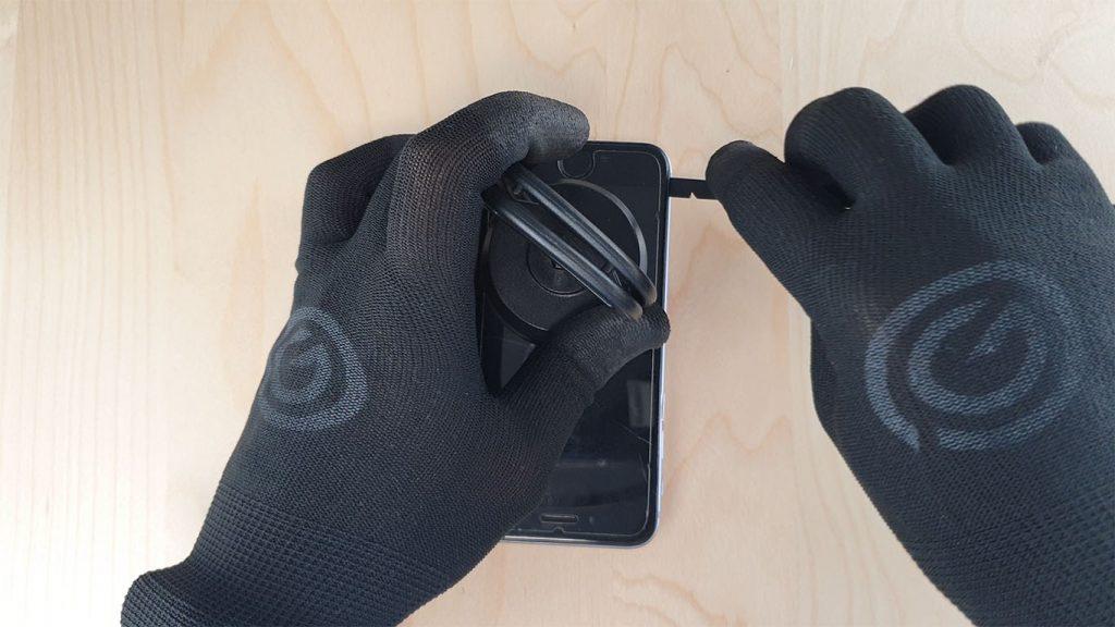 si la batterie est défectueuse ouvrez l'écran de l'iPhone avec une spatule