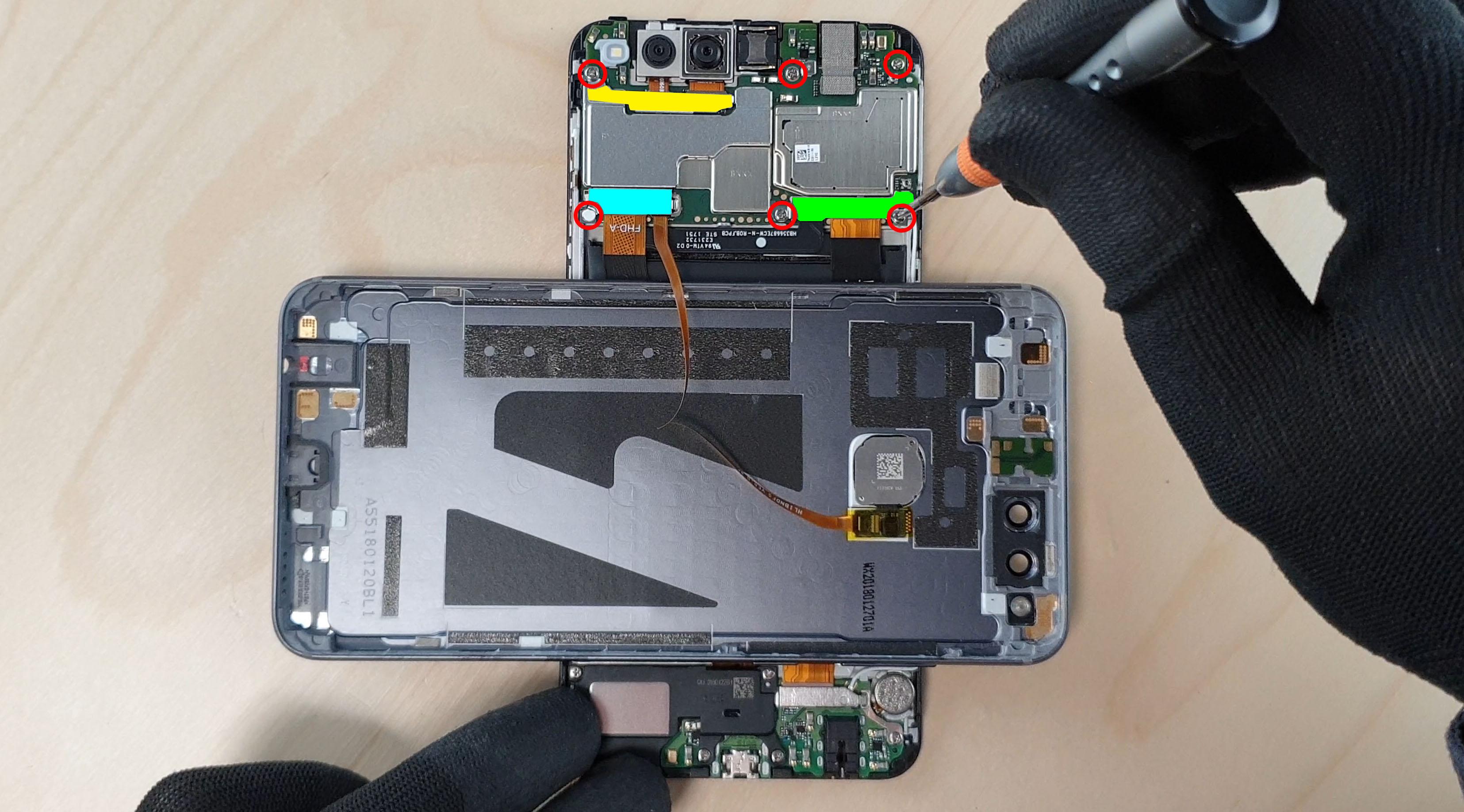 le technicien déconnecte la batterie du Honor 7x