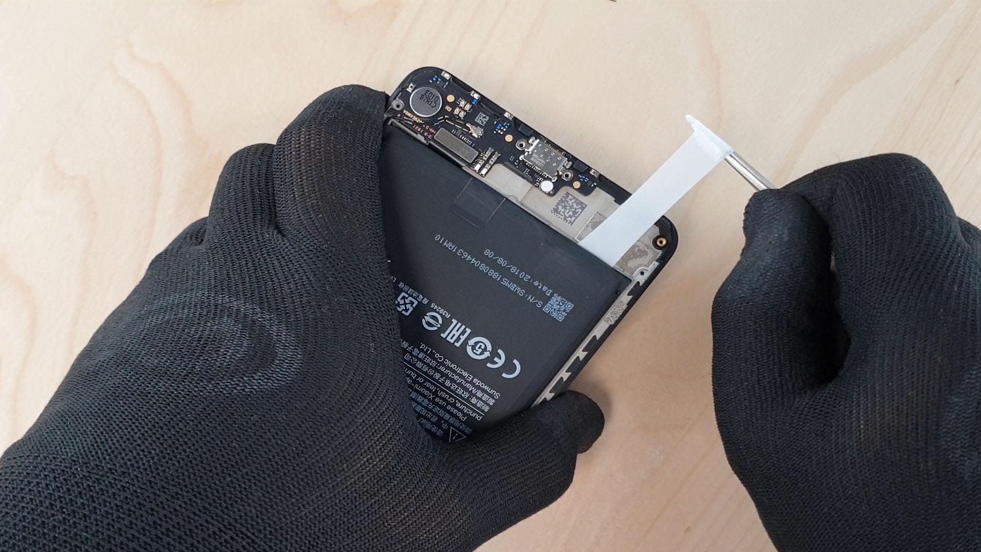 On tire les languettes autocollantes de la batterie du mi max 3