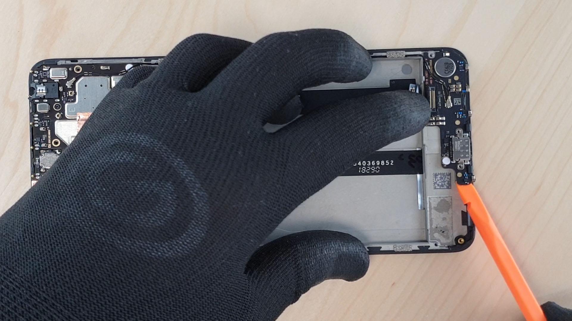 Pour changer la batterie du mi max 3, on enlève la carte connecteur de charge