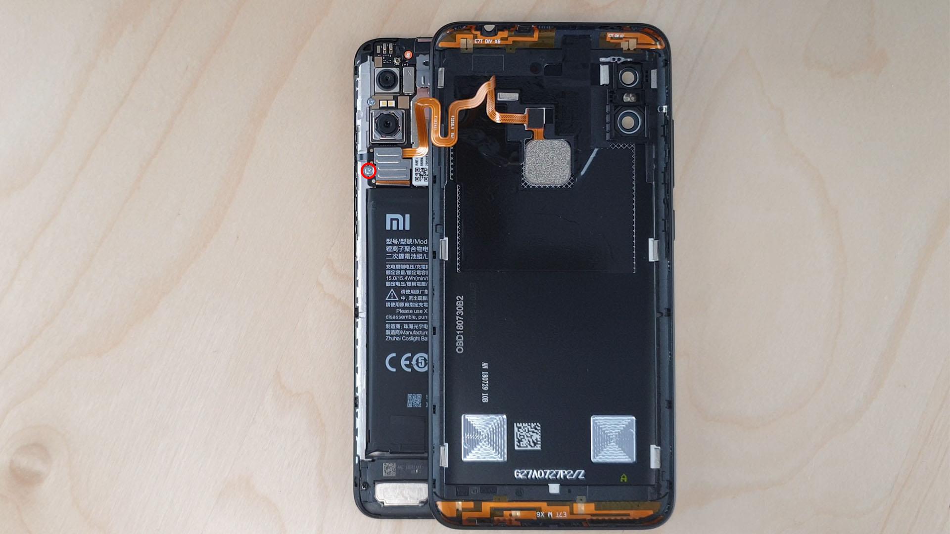 Devisser le cache de protection et déconnecter la nappe du capteur d'empreinte de ce Redmi Note 6 Pro