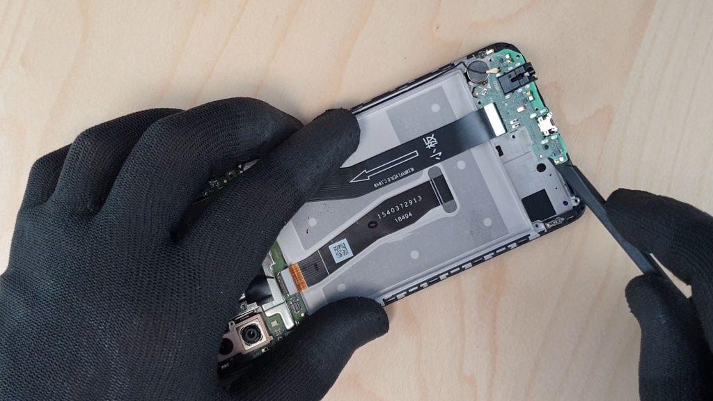 démonter le p smart 2019 en enlevant la carte avec le connecteur de charge