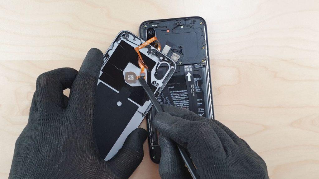 effectuer le démontage du Redmi 7 en déconnectant le capteur d'empreinte