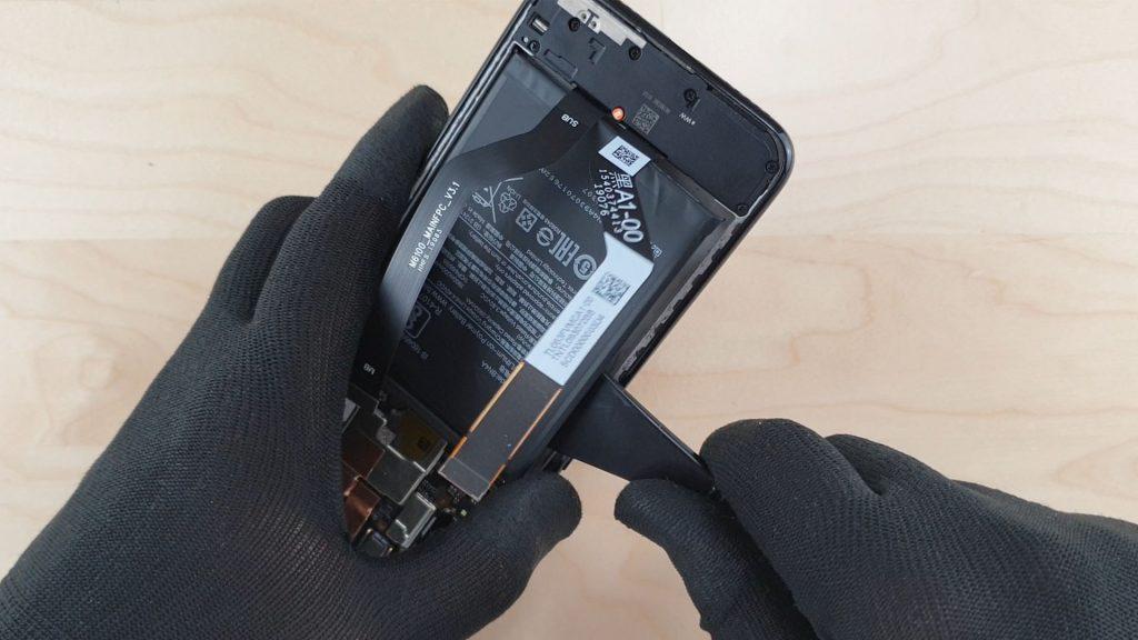 Pour démonter le redmi note 7 on enlève la batterie avec la spatule