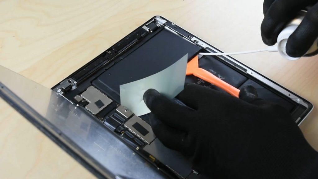 Décollage de l'ancienne batterie, pour changer la batterie d'un ipad 4