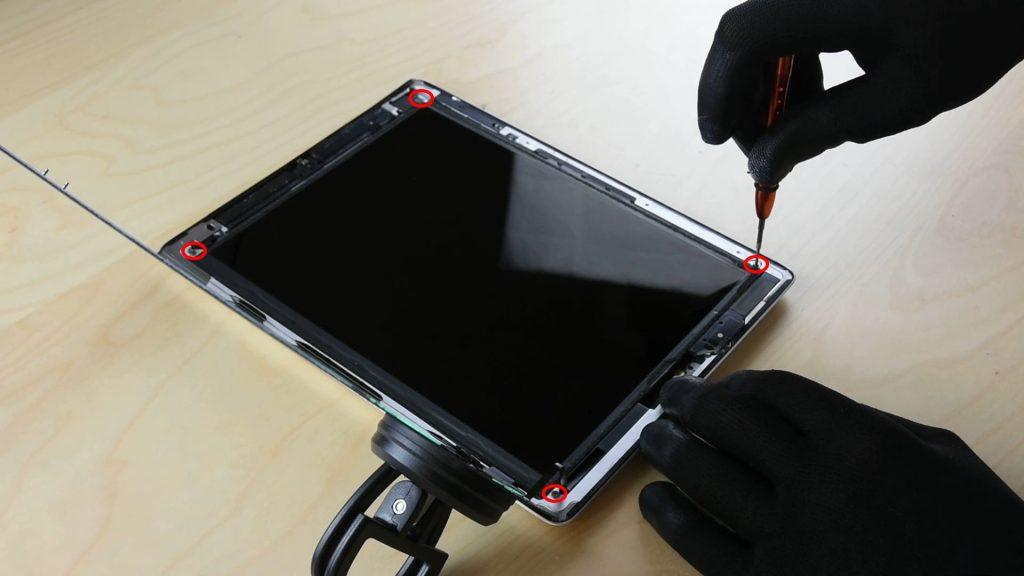 changer la batterie d'un Ipad 4 en dévissant l'écran LCD