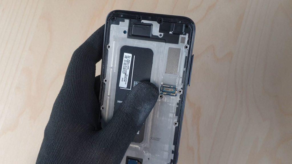 démonter le Samsung J6+ en enlevant le tiroir sim