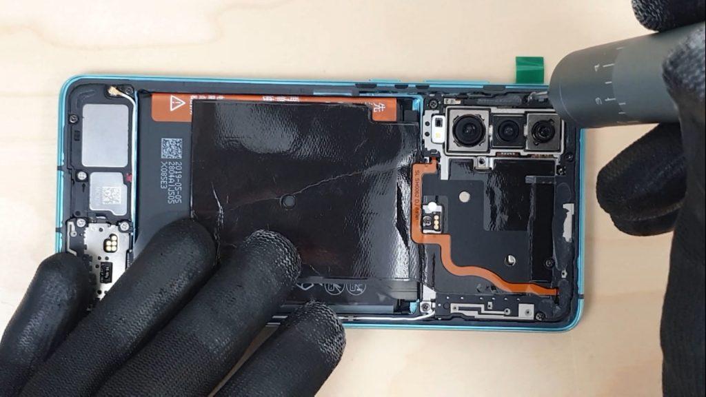 on dévisse le cache de protection pour changer l'écran d'un Huawei P30