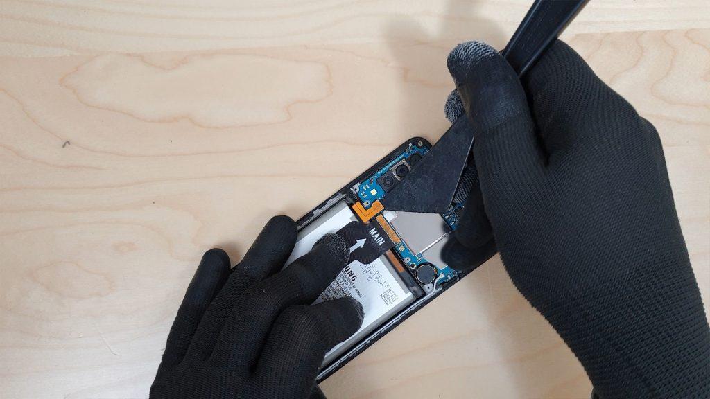 reparer un Samsung a70 tombé dans l'eau en deconnectant la batterie