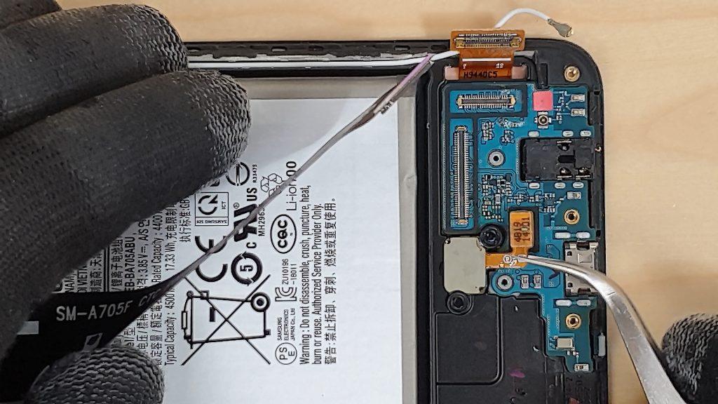 reparer un Samsung a70 tombé dans l'eau en deconnectant le capteur de l'empreinte digital sous l'écran