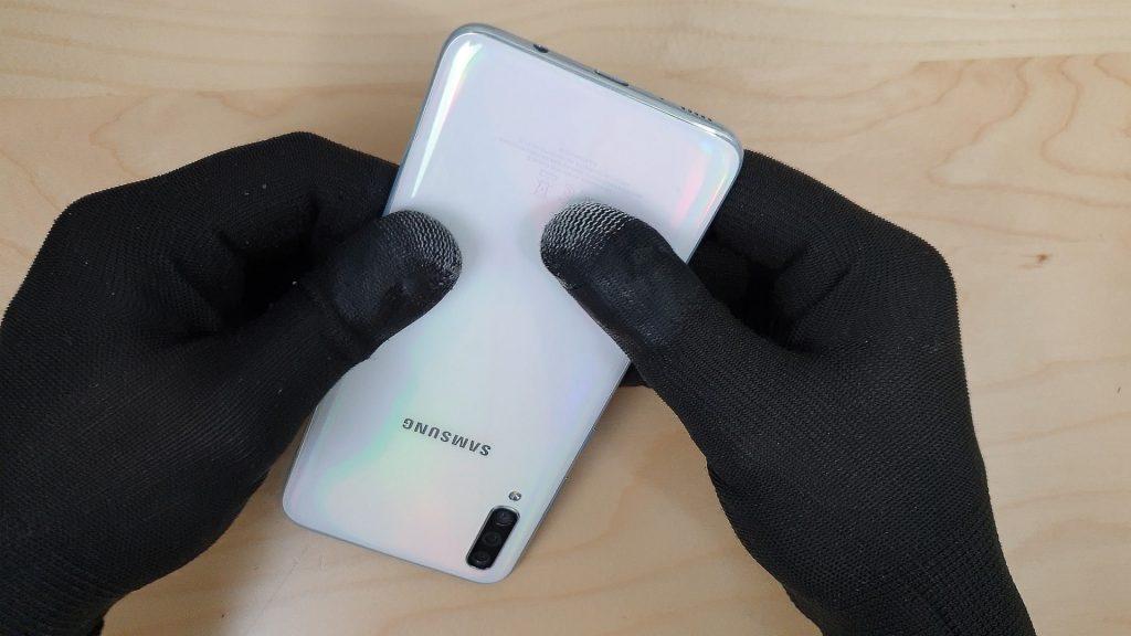 reparer un Samsung a70 tombé en appuyant sur la vitre arriere