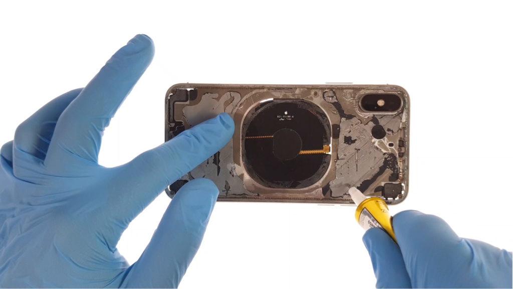 changer la vitre arrière de l'iphone en utilisant la colle E8000